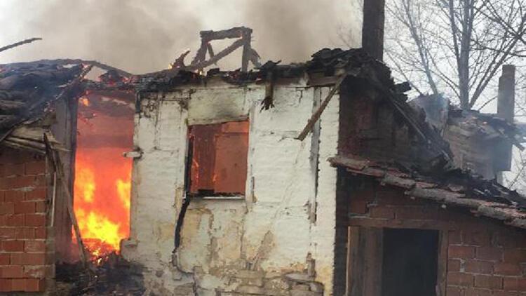 İki katlı ev yangında kullanılmaz hale geldi