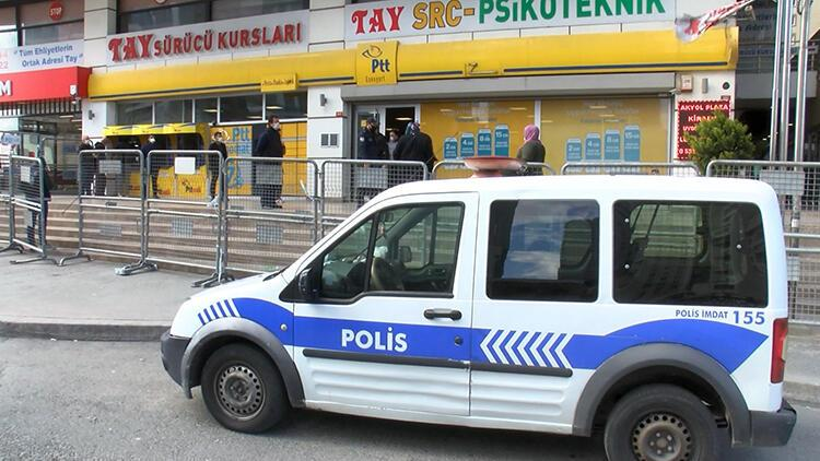 Esenyurt'ta zabıta ve polisten PTT önünde koronavirüs önlemi