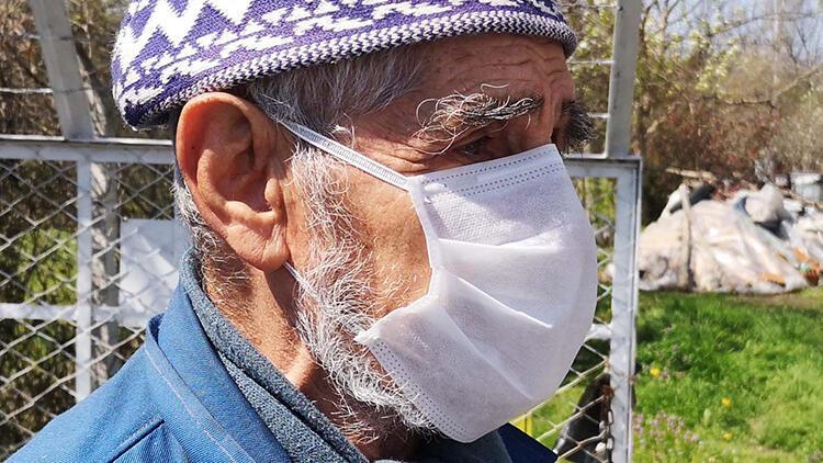 Emekli öğretmen ilaçlarını getiren sağlık ekiplerini görünce gözyaşlarını tutamadı