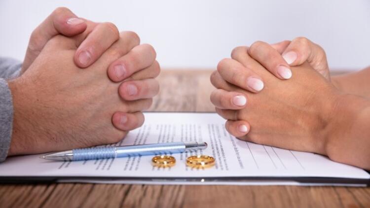 Kadın Boşandıktan Sonra Eski Eşinin Soyadını Kullanabilir mi?