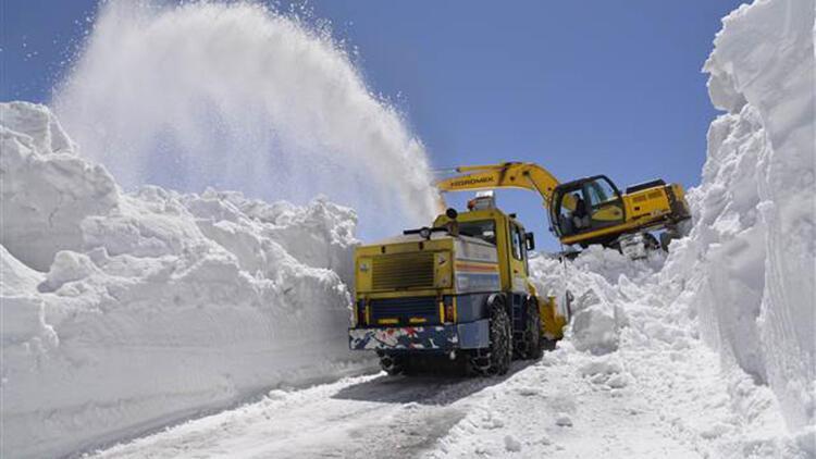 Muş'ta 8-10 metre yükseklikteki karla mücadele çalışması