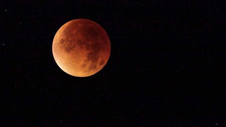Kova burcunda Ay tutulması