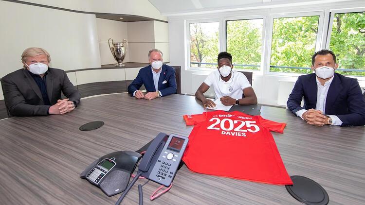 Bayern Münih Alphonso Davies'in sözleşmesini 2025'e kadar uzattı