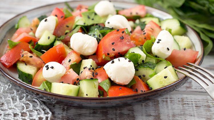 Çörekotlu kahvaltı salatası tarifi