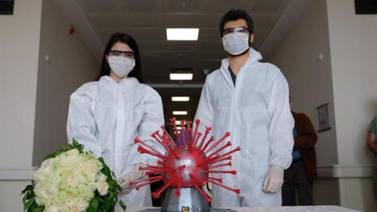 Pandemi nedeniyle hastanede nişan yapan sağlıkçı çifte, virüs şeklinde pasta