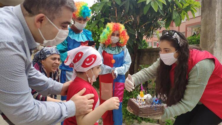 Hatay'da 6 yaşına giren lösemi hastası çocuğa sürpriz doğum günü