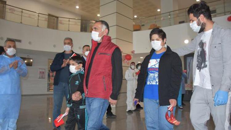 Koronavirüsten taburcu olan 2 çocuğa, 23 Nisan sürprizi
