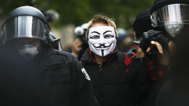 Almanya'da kısıtlamalara karşı çıkan çok sayıda protestocuya gözaltı