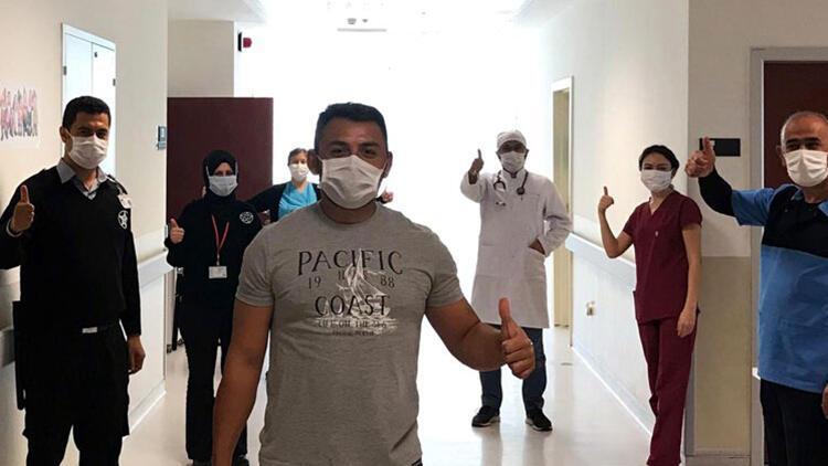 Antalya'da koronavirüsü yenen hasta, alkışlarla taburcu oldu