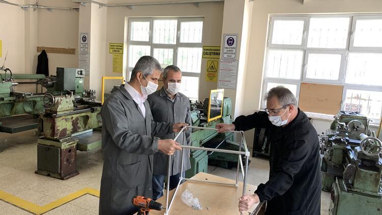 Meslek lisesinden sağlık çalışanları için entübasyon kabini üretimi