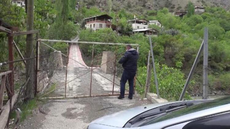Koronavirüsten korunmak için köy girişine kapılı önlem