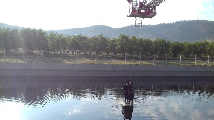 Kanala uçtuğu otomobilinin üzerinde kurtarılmayı bekledi