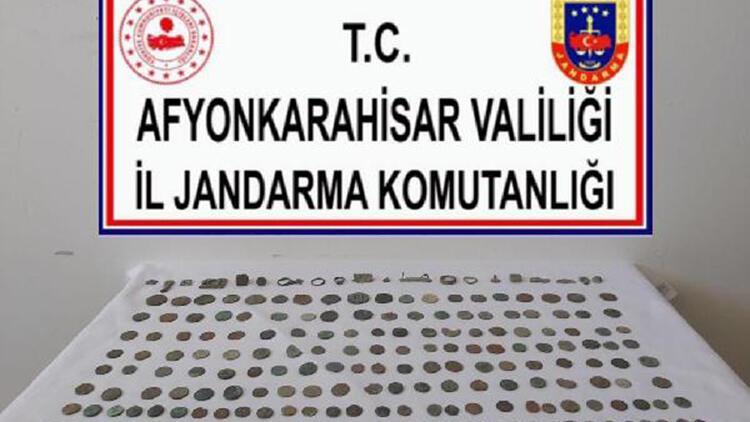 Tarihi eser kaçakçıları 270 parça objeyle yakalandı