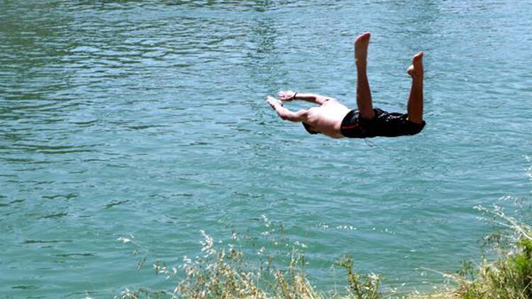 Son 75 yılın en sıcak mayısının yaşandığı Adana'da çocuklar, kanalda serinledi