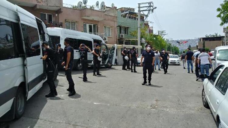 İzmir'de sokak kısıtlamasında silahlı kavga: 5 gözaltı, 15 kişiye ceza