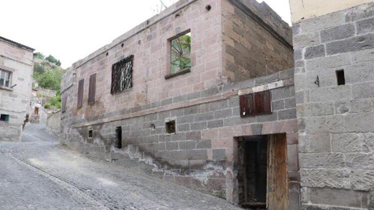 Restore edilen tarihi evin çatısı çöktü: 2 yaralı