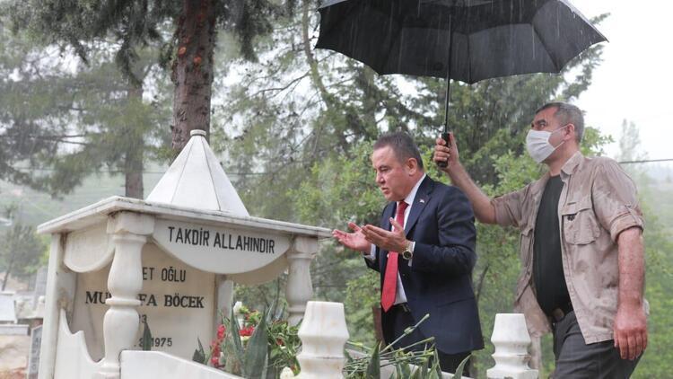 Muhittin Böcek'in tepki çeken görüntüsü! Kendisi şemsiye altında koruması sırılsıklam