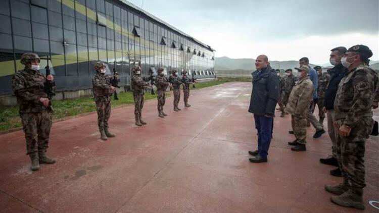 İçişleri Bakanı Soylu, Yüksekova'da asker ve polislerle bayramlaştı