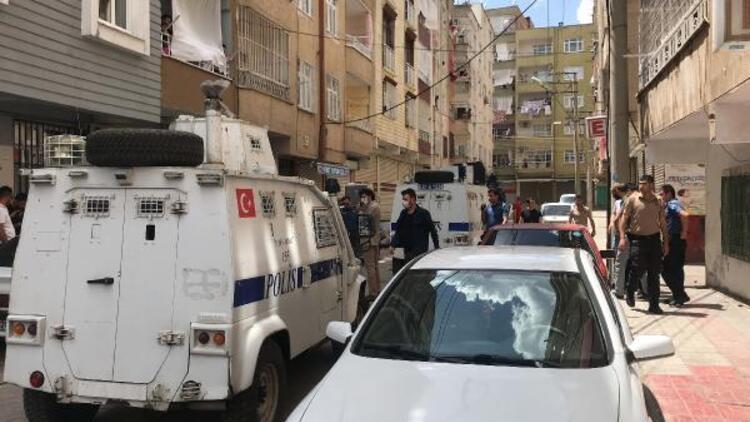 Diyarbakır'da devriye gezen polis ekibine saksı atıldı: 1 polis yaralandı