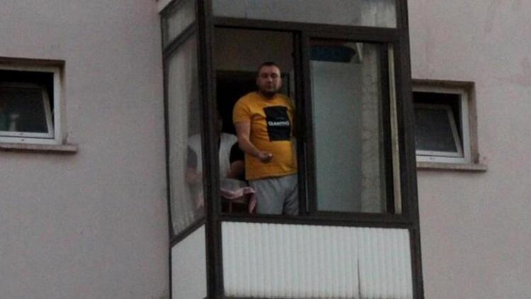 """Dur ihtarına uymadı, kaçtığı evin balkonundan polislere böyle seslendi: """"Hadi gelin de ceza yazın"""""""