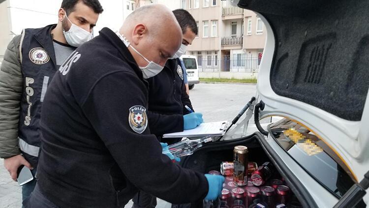 Kısıtlamada taksiyle içki satarken bekçiye yakalandı
