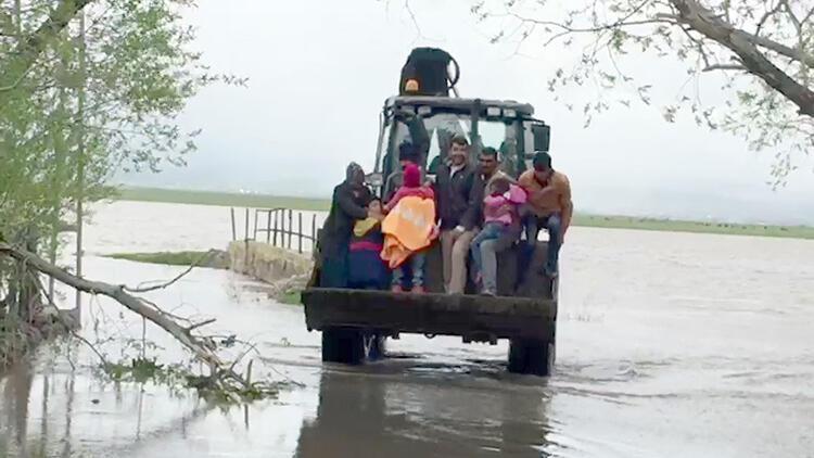 Göle'de dere taştı, mahsur kalanlar kepçeyle kurtarıldı