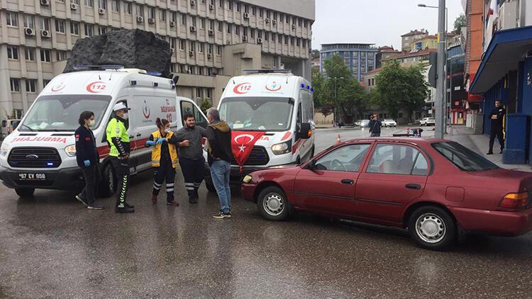 Ters şeride giren otomobil ile ambulans çarpıştı