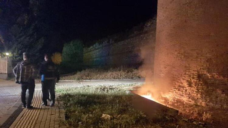 Tarihi surların dibinde lastik yaktılar