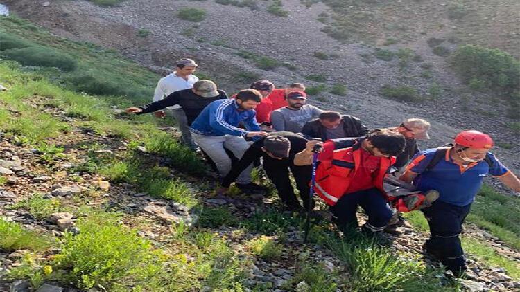 Yürüyüş yaparken kayalıklardan düşünce ayağı kırıldı, kurtarıldı