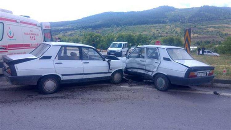 Balıkesir'de iki otomobil çarpıştı: 1 ölü, 2 yaralı
