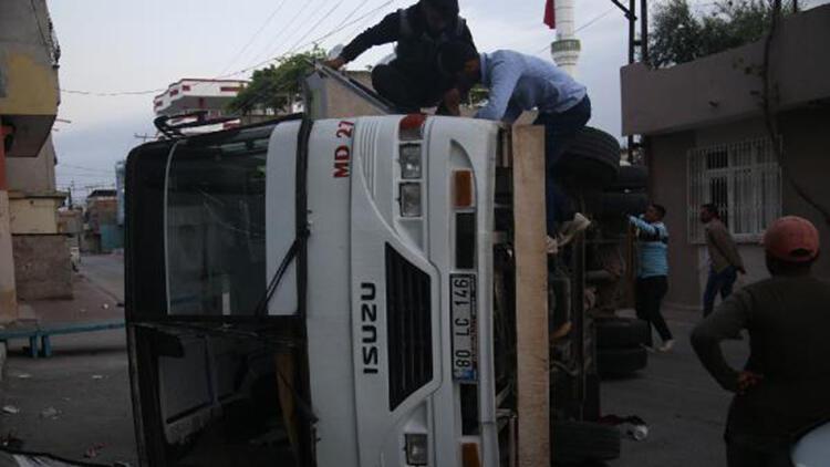 Adana'da 2 midibüs çarpıştı: 12 tarım işçisi yaralandı