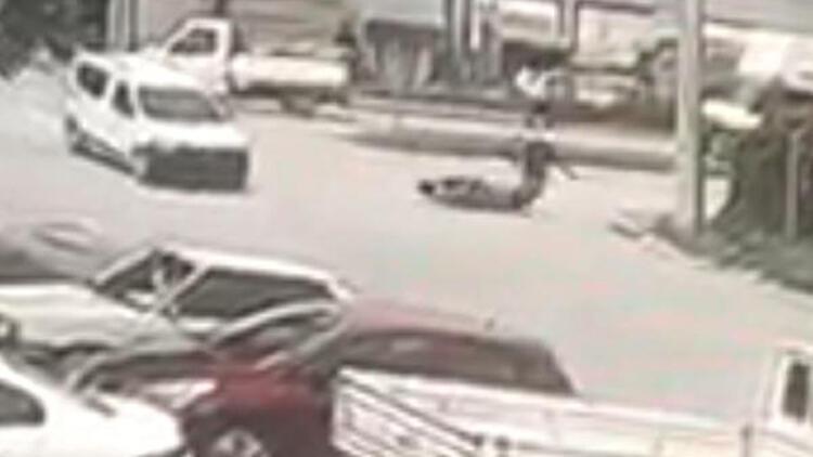 Araçla çarpışan motosikletin sürücüsünün yaralandığı kaza kamerada