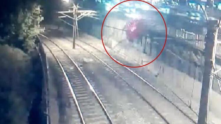 Bakırköy'de otomobil metro hattına böyle düştü