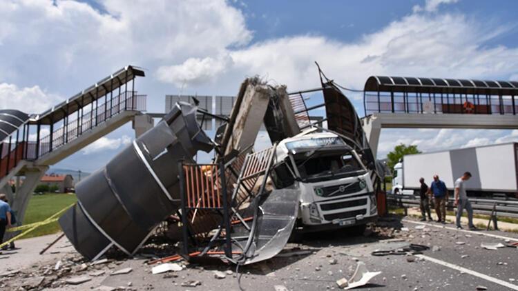 Çankırı'da TIR'ın çarptığı üst geçit çöktü