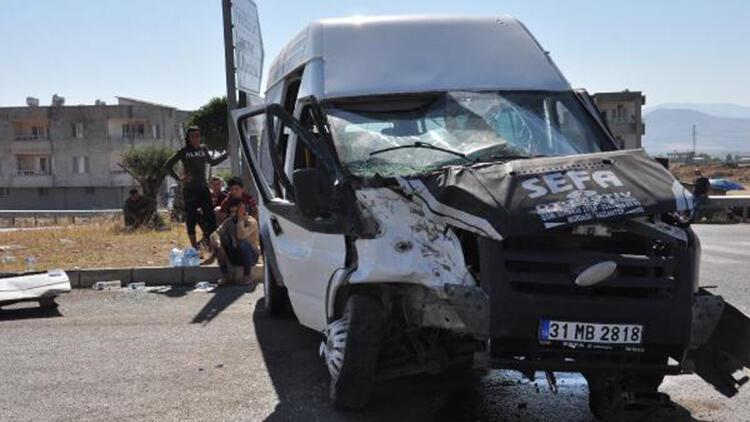 Gaziantep'te düğüne giden minibüsler çarpıştı: 11 yaralı