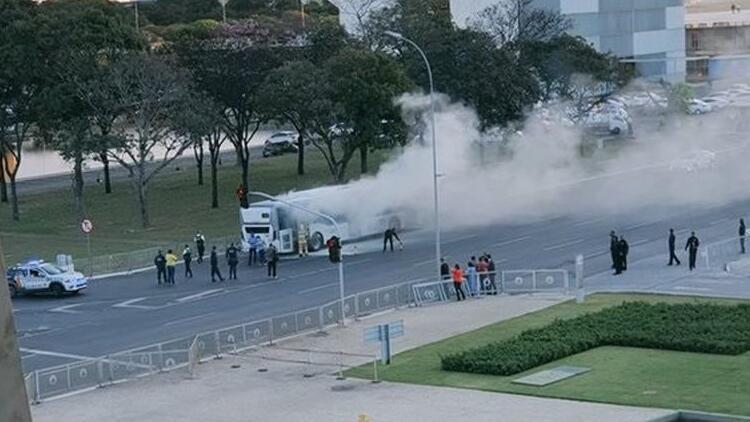 """""""Bolsonaro defol"""" diyerek otobüsü yaktı"""