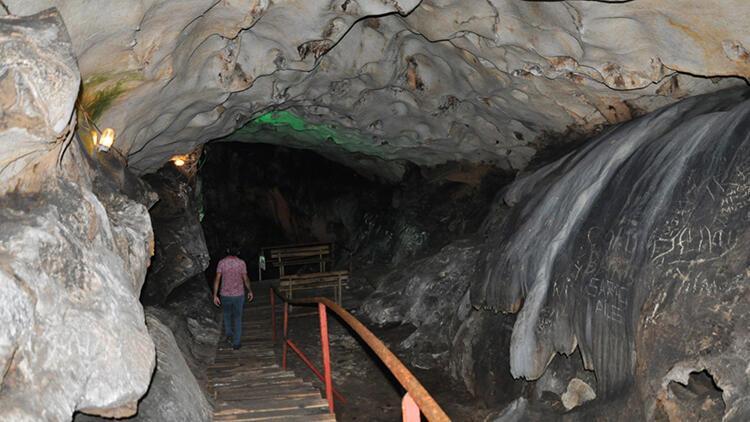 Yalan Dünya Mağarası'nın 5 milyon yıllık duvarlarını 'aşıklar' tahrip etti