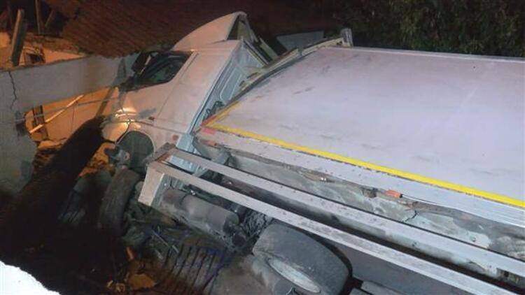 İstanbul'da damacana yüklü kamyon devrildi!