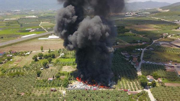 Bursa'da geri dönüşüm tesislerinde yangın! 10 kişi dumandan etkilendi