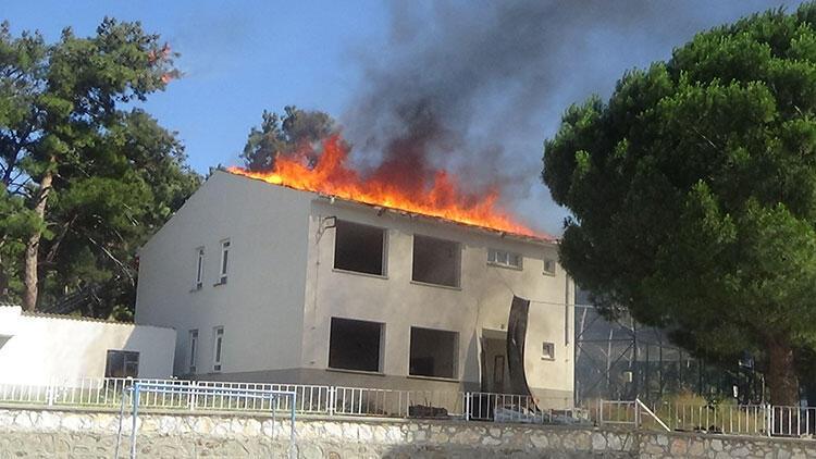Okul çatısında korkutan yangın!