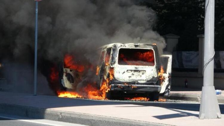 Son dakika... İstanbul'da korku dolu anlar! Araç yandı cadde kapatıldı