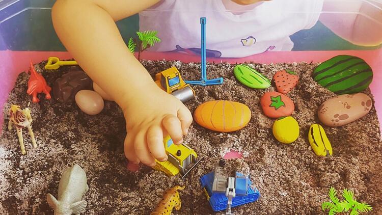 Çocuklar için evde toprak yapımı ve taş boyama