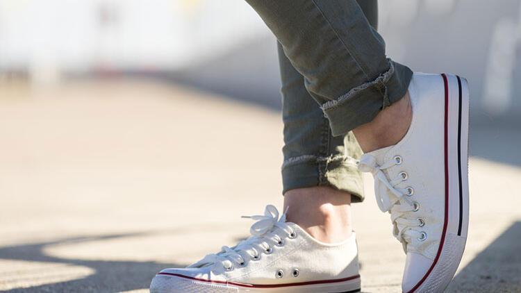 Beyaz spor ayakkabısı nasıl temizlenir?