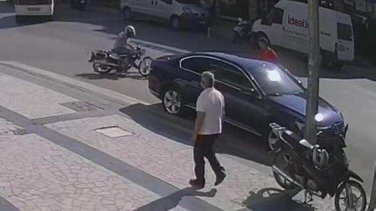 Motosikletin park halindeki otomobile çarptığı kaza, kamerada