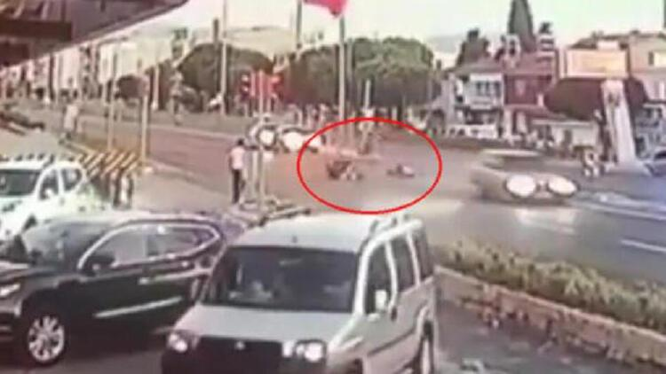 İzmir'de motosiklet ile otomobilin çarpıştığı kaza kamerada