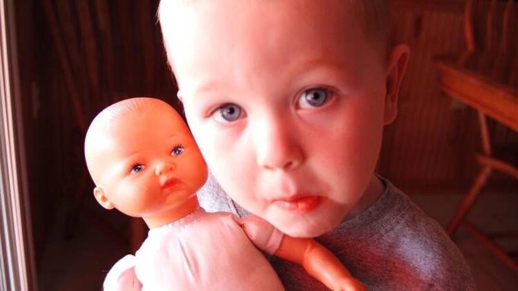 Oğlunuz bebekle mi oynuyor?