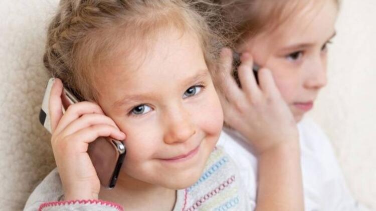 10 yaşında cep telefonu kullanmaya başlıyorlar