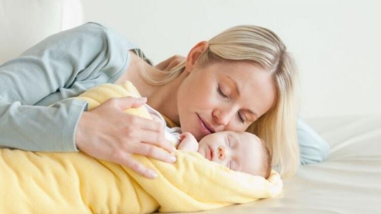 Anne kucağı bebeği sakinleştiriyor