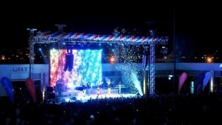 Pinhani Konser için Sahnede!