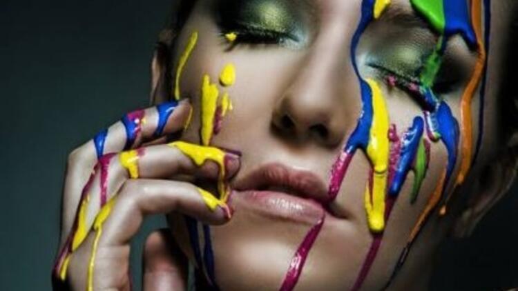 Renkli maskaralar ile makyajınızı canlandırın